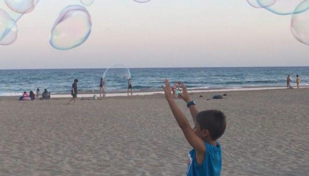 niño jugando feliz